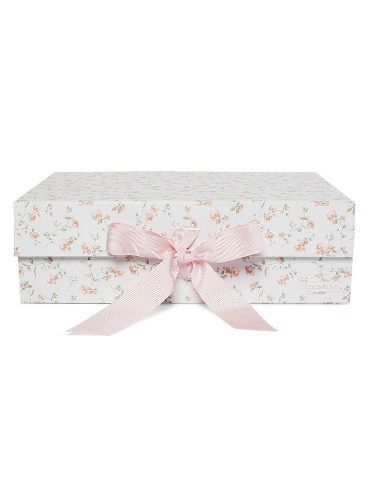 Hos KappAhl hittar du en mönstrad presentbox till barn från Newbie. Passar perfekt som inredningsdetalj i barnrummet eller uppsamling för småsaker. Köp online eller i butik nära dig!