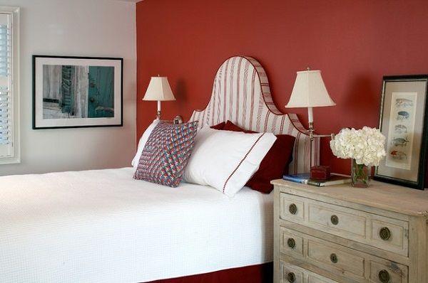 #excll #дизайнинтерьера #решения Принцип «меньше — это больше» всегда работает  с яркими цветами. Одной красной стены за изголовьем кровати больше чем достаточно для того, чтобы сделать спальню комфортной и романтичной.
