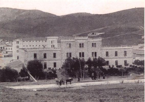 Οι φυλακές Αβέρωφ, πριν δώσουν τη θέση τους στη νομοθετική εξουσία για την ανέγερση του Αρείου Πάγου. Η λεωφ. Αλεξάνδρας είναι ακόμα καρόδρομος και η –κάθετη- Κυρίλλου Λουκάρεως απλώς δεν υπάρχει (δεκαετία 1900)