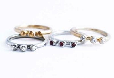 Pogo+mini+är+en+söt+liten+ring+med+ploppar+och+diamanter+eller+röda+rubiner