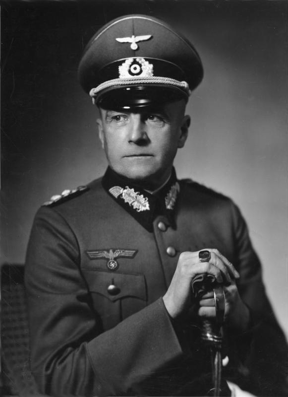 Generalfeldmarschall Walther von Brauchitsch  Bundesarchiv_Bild_183-2004-0105-500,_Walther_v._Brauchitsch.jpg (581×800)