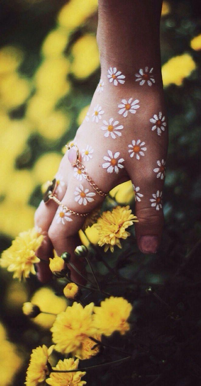 Boho daisy hands.