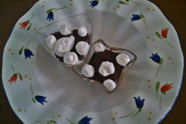 Ως τεμπέλα στο θέμα της μαγειρικής, προτιμώ ν' αντιγράφω τα ευκολάκια της μαμάς μου, όπως αυτό το προφιτερόλ, που το φτιάχνει στο πιτς - φυτίλι. Aν αγαπάτε τη σοκολάτα, νομίζω πως θα γίνει και δικό σας αγαπημένο.