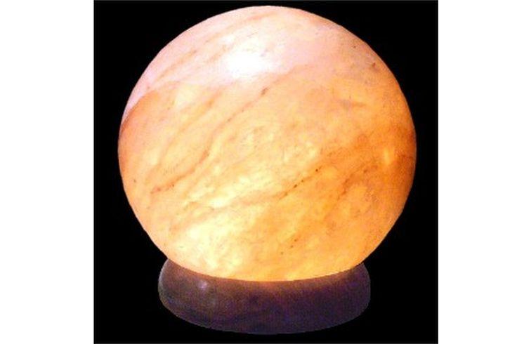 Cada una de nuestras lámparas están hechas utilizando sal natural cristalizada en minas formadas a lo largo de más de 250 millones de años en el Himalaya. Estas sales no han sido intervenidas. Son expuestas tal y como la montaña nos las entrega, a no ser por la perforación hecha, su limpieza y pulido. Cada lámpara ha sido cuidadosamente hecha a mano, y es única.    Peso: 2/4 kg    Medidas:    -pequeña: 17 cm de diámetro.  -grande: 20 cm diámetro y 23 cm de altura.