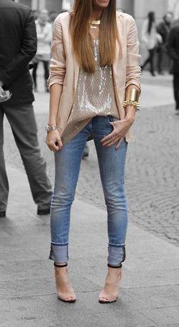Jeans, nudekleur blazer, glanzende top, gouden accessoires en hakken: ook een lichtere wash jeans is perfect voor een feestlook