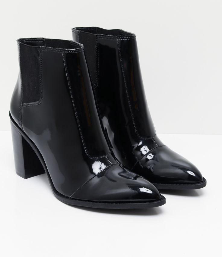Bota feminina Material: sintético Com bico fino Em verniz Marca: Satinato COLEÇÃO INVERNO 2017 Veja outras opções de sapatos femininos. Sobre a marca Satinato A Satinato possui uma coleção de sapatos, bolsas e acessórios cheios de tendências de moda. 90% dos seus produtos são em couro. A principal característica dos Sapatos Santinato são o conforto, moda e qualidade! Com diferentes opções e estilos de sapatos, bolsas e acessórios. A Satinato também oferece para as...