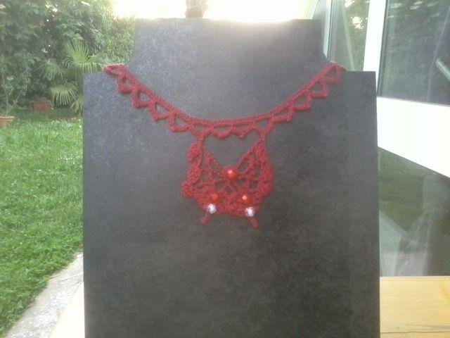 Collana rossa con farfalla e perline