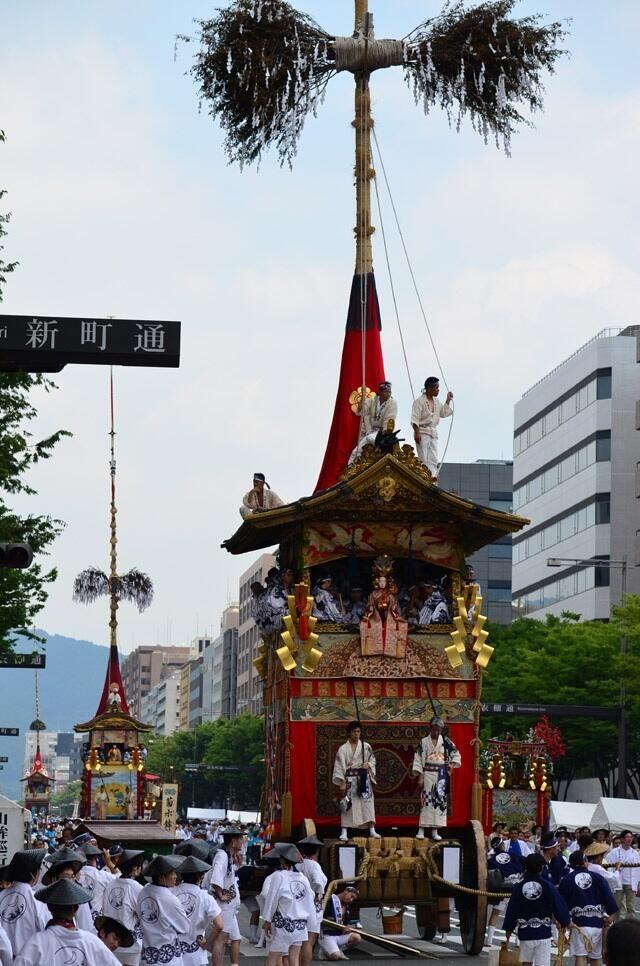"""Kyoto """"Gion-maturi"""" 祇園祭り おはようございます。7/2の京都市内は爽やかな青空が広がっています。本日は京都市役所で各山鉾町の代表者が集まり、くじを取って山鉾巡行の順位を決める『くじ取り式』が行なわれます。。注目は3年連続で郭巨山が山一番となるか⁈ #京都 pic.twitter.com/YheePXaR8d"""