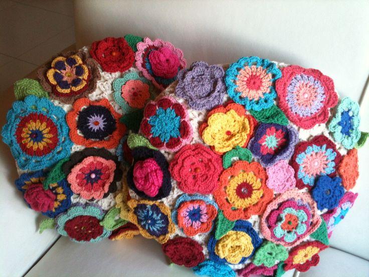 Capa para almofada redonda diametro 40cm, frente em crochê com flores aplicadas.EM LINHA 100% ALGODÃO, PREÇO SOB CONSULTA.