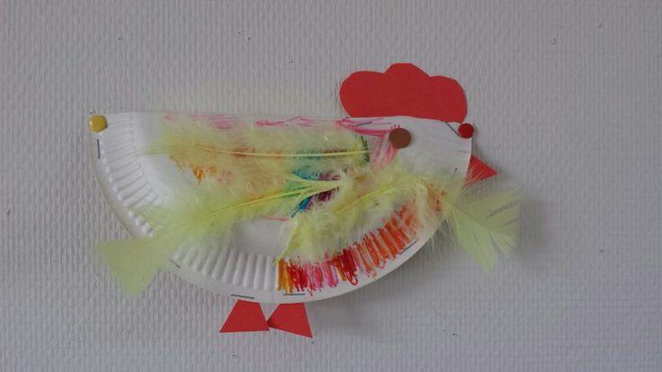 Kip gemaakt van kartonnen bordje