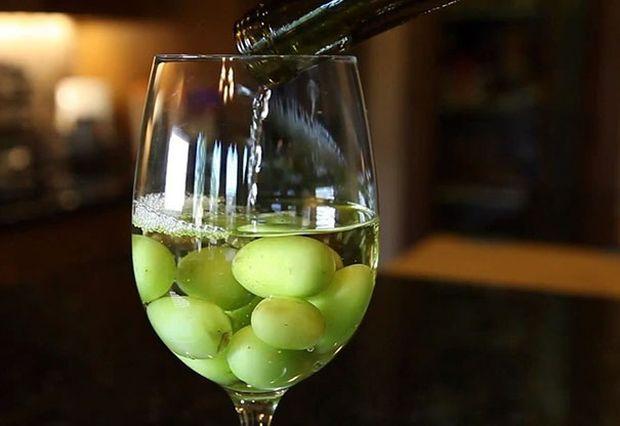 Mrożone winogrona schłodzą wino. Używając kostek lodu rozcieńczyłbyś alkohol.