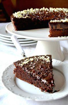 La torta di oggi è forse la torta al cioccolato piu morbida e umida che abbia mai mangiato….Una delizia resa soffice e golosa dalla presen...