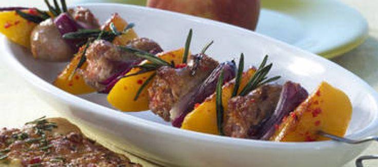 Barbecue spiezen van saucijsjes met perzik en ui   Lekker Tafelen