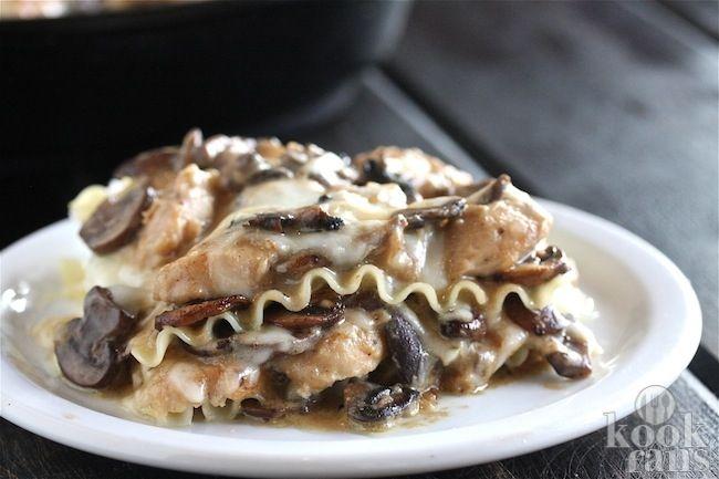 Deze lasagne met kip is tongstrelend lekker! De Italiaanse keuken, wij zijn er gek op. Pasta, pizza en natuurlijk vergeten we lasagne niet. Een heerlijke Italiaanse ovenschotel met dunne pastabladeren die oorspronkelijk uit Naples komt.  Het recept stampt al uit de middeleeuwen en werd al snel ee