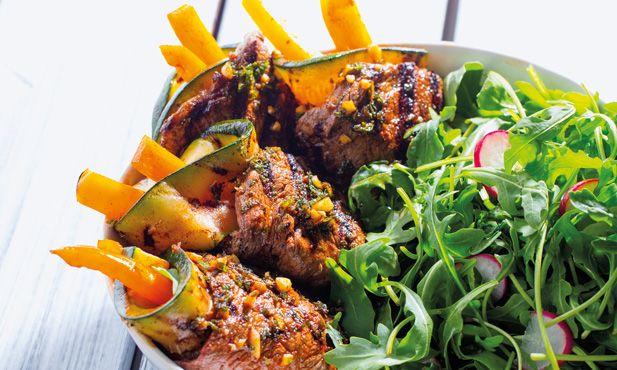Rolos de Angus grelhados recheados com courgette e pimento laranja - receita fácil e saborosa