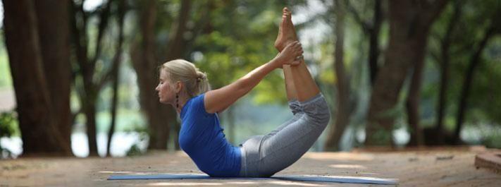 Posturas de Yoga | Postura del Arco Dhanurasana