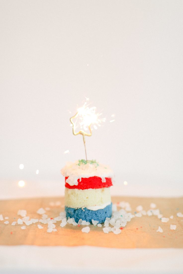 These Sparkler Cakelettes from Style Me Pretty Living are preciously patriotic. #thefourth #fourthofjuly #america