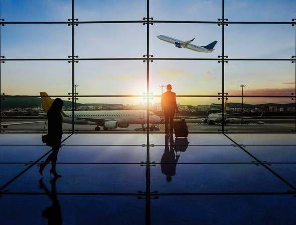 Ist ein Last-Minute-Flug immer günstig? Nein, das stimmt so nicht. Wer seine Inlandsflüge rund zwei Monate im Voraus bucht, fliegt in der Regel deutlich günstiger. Bei internationalen Flügen reichen drei Wochen Vorlaufzeit. Der Grund dafür: Reiseanbieter kaufen natürlich nicht mehr Flüge und Hotelzimmer ein, als sie auch mit Gewinn vermitteln können. Nur wenn sie sich wirklich verkalkulieren, gibt es Last-Minute-Schnäppchen. Ansonsten gilt: früh buchen, mehr sparen.