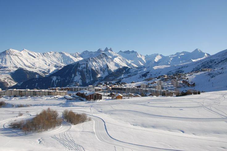 La Toussuire offre 55 km de pistes de tout niveau que l'on parcourt aisément. Depuis le sommet du Grand Truc (sommet des pistes à 2400 m d'altitude), une vue panoramique à 360° sur la chaîne de Belledonne et le Mont Blanc s'offre à vous.
