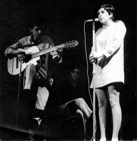 Gal Costa e Caetano Veloso e ao Fundo Sidney Miller em 1967