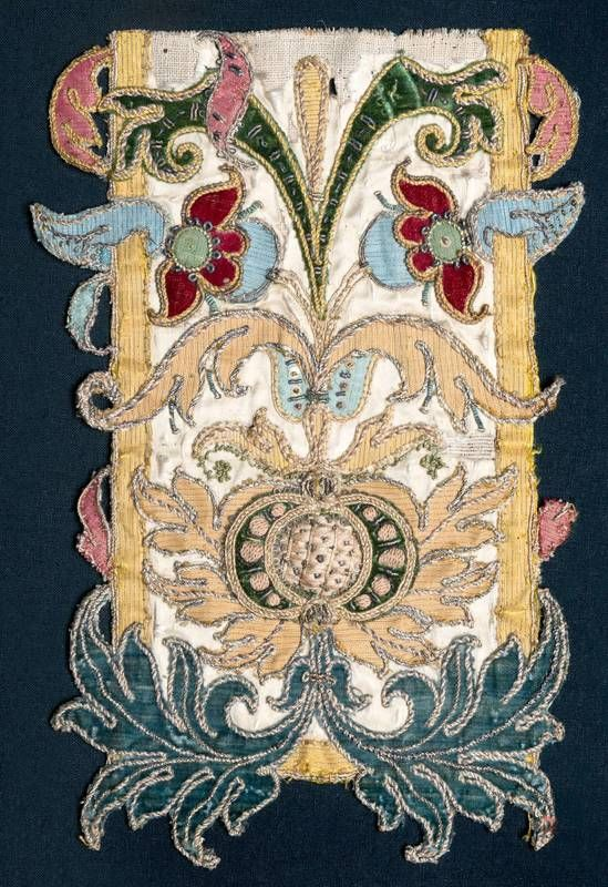 Titel: Applikationsstickerei weiß mit bunter Stickerei   Ausführung: Anonym, Spanien, 1501 bis 1600   Material: Seide, Metallfaden, Leinen   Technik: gewebt, bestickt    Provenienz: Ankauf (1876)   Sammlung: Textilien und Teppiche