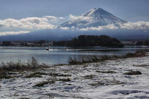 2016 Autumn Fuji by shinichiro 河口湖 大石公園 ここの水上スキーは年中やってますね http://flic.kr/p/PN5q4p