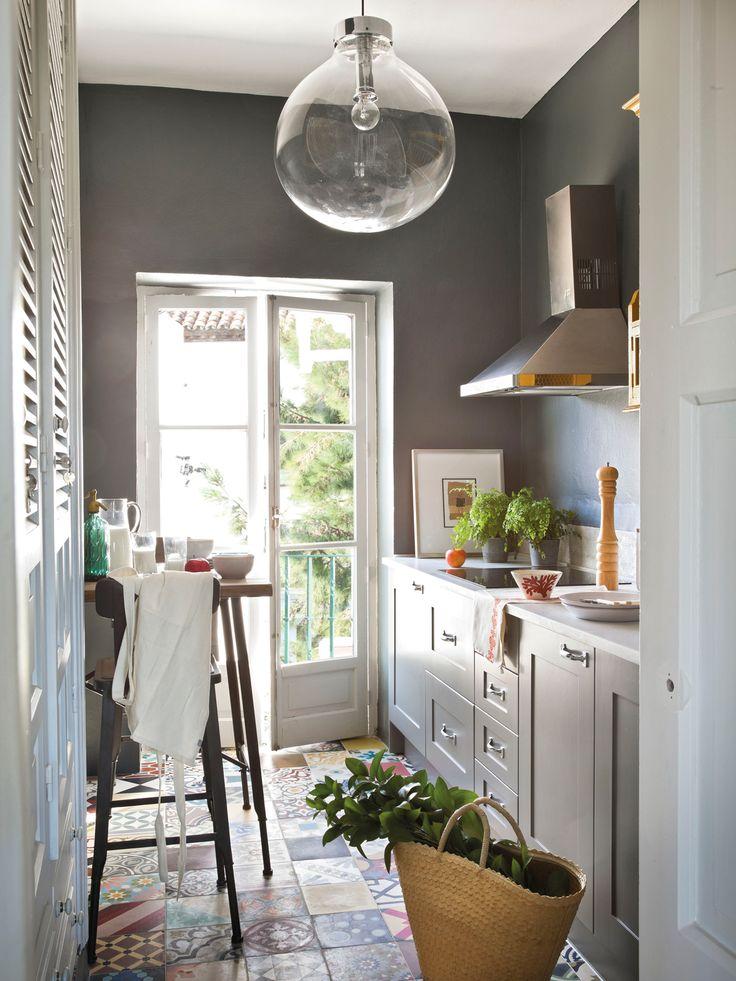 Cocina pequeña en L, en gris, mosaico hidráulico, pintura y barra alta con taburetes 00364464
