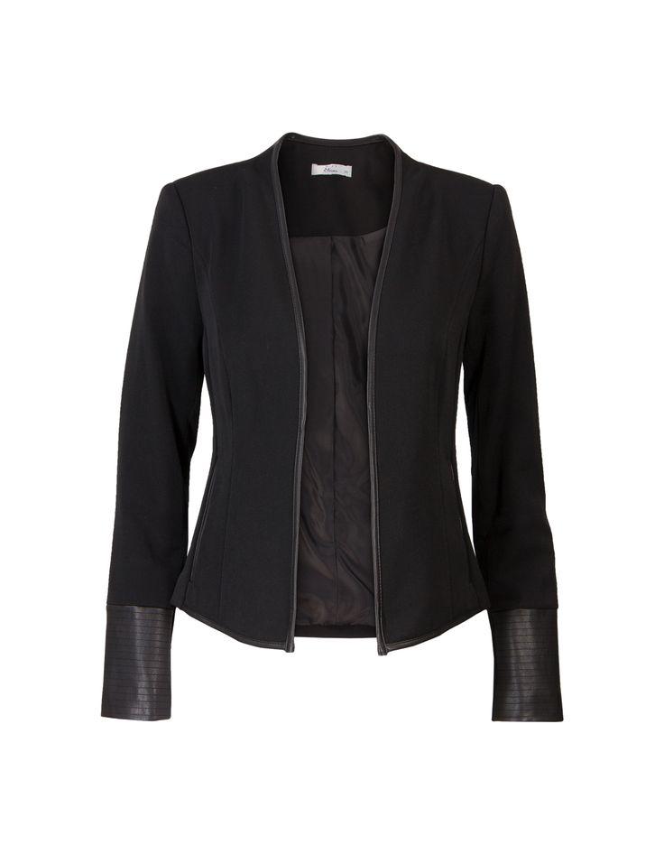 Zwarte blazer met lange mouwen en een opstaand kraagje. Dit is een openvallend en getailleerd model met imitatieleren biezen en details bij de mouwen en op het achterpand. Gemaakt van polyester kwaliteit. Valt op de heupen.