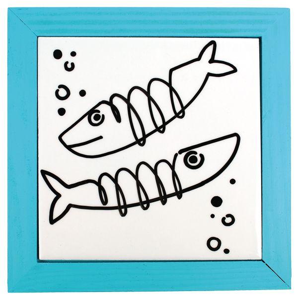 Hauskat kalat uivat kaakelisessa pannunalusessa. Kehys on maalattu PlusColor-maalilla. Tarvikkeet ja ideat Sinellistä!