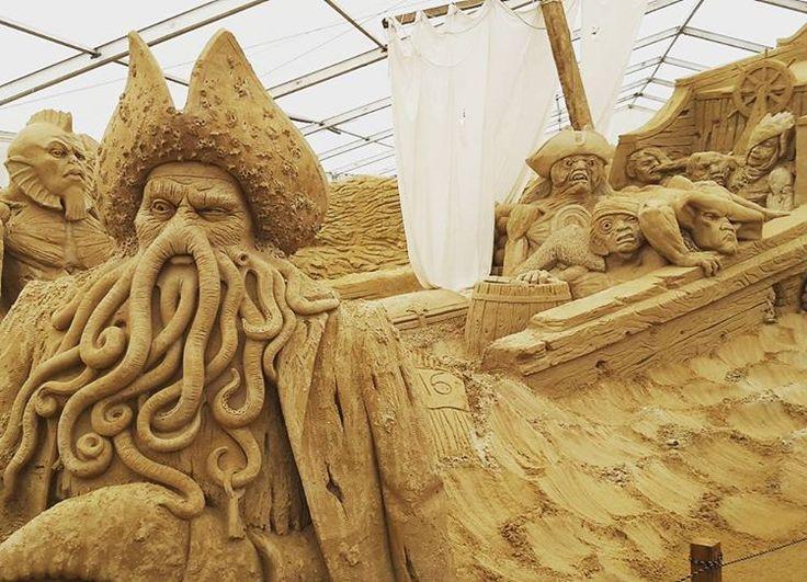Davy Jones und die Flying Dutchman #davyjones #flyingdutchman #fluchderkaribik #piratesofthecaribbean #usedom #ahlbeck #ostsee #balticsea #sandskulpturfestival #sand #beach #ocean #travel #instatravel #holiday #kurztrip http://tipsrazzi.com/ipost/1523211154661559286/?code=BUjiHmPg8v2