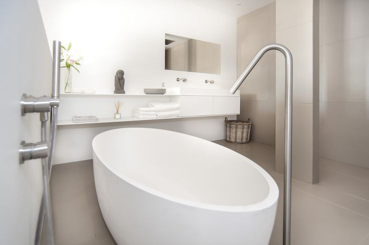 25 beste idee n over modern badkamerontwerp op pinterest moderne badkamers moderne badkamer - Moderne badkraan ...