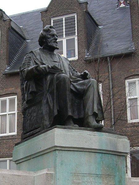 F.C. Donders door Toon Dupius op het Janskerkhof. Franciscus Cornelis Donders (Tilburg, 27 mei 1818 - Utrecht, 24 maart 1889) was een Nederlands hoogleraar geneeskunde en fysiologie. Hij verrichtte veel onderzoek naar oogfysiologie op welk gebied hij een grote reputatie verwierf. In 1858 richtte hij met Herman Snellen het Ooglijdersgasthuis, een ziekenhuis voor oogheelkunde op. Aan het Janskerkhof is in 1921 een standbeeld van Donders geplaatst, een werk van Toon Dupuis.