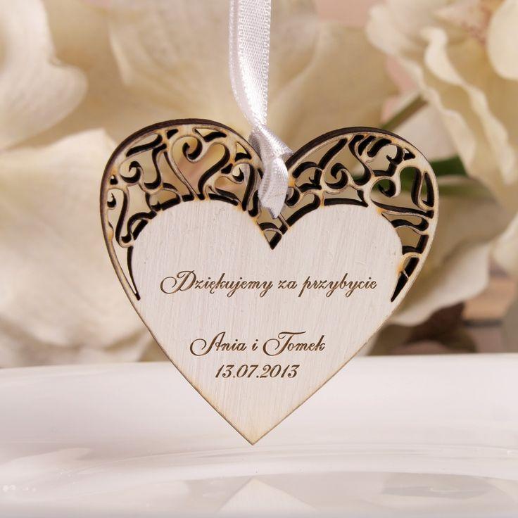 Niepowtarzalne weselne serce z grawerem wykonane z drewna.  To wyjątkowa pamiątka, która sprawi że goście długo będa wspominać Państwa wesele.