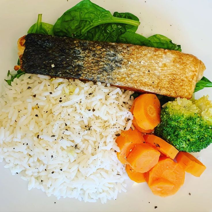 😍😋 #salmon #rice and veg #spinach #broccoli 🥦 #carrots 🥕   – cleaneating