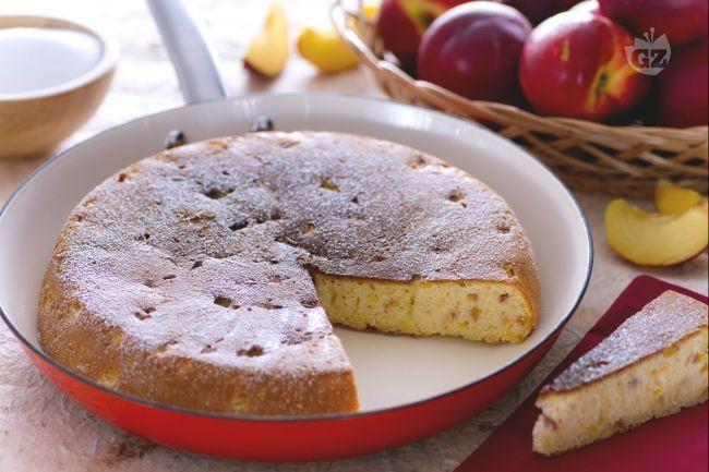 La torta in padella alle pesche è una torta senza forno, cotta in padella come una frittata. L'impasto è arricchito con le pesche.