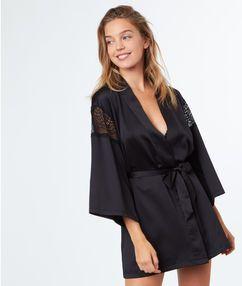 Kimono de satén y encaje negro.