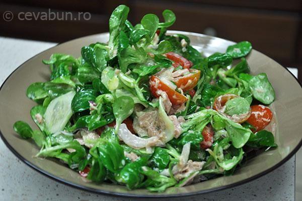 O salată crudă ca o zi de primăvară - salată de ton cu sos de iaurt și muștar.. Amestecurilor deosebite de salată (verde, roşie, năsturel, etc.) şi tonului li se adaugă castraveţii, ceapa verde, roşiiile cherry. Dar tonul acestei salate îl dă dressingul, proapăt, aromat, pe bază de iaurt, muştar şi un strop de usturoi.