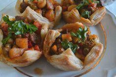 Milföy Çanaklarında Orman Kebabı    -  Zehra Şener #yemekmutfak Milföy çanaklarında orman kebabı çok lezzetli ve şık bir yemektir. Davet yemeği olarak sunabileceğiniz son derece pratik ve özel bir tariftir.