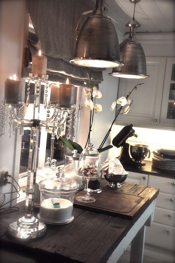 .mooie lampen boven tafel