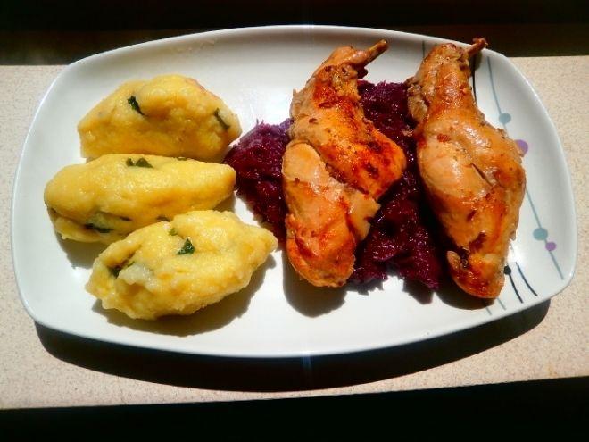 Králík bramborovo-bazalkové knedlíky a červené zelí
