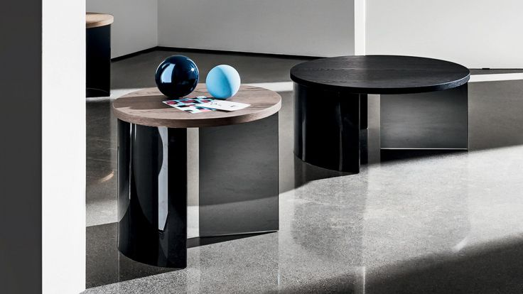 Round coffee table with oak veneered wooden top, 26mm.th., various finishes. The base is composed of a smoked glass element and a lacquered black bent glass element.