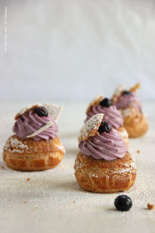 Choux craquelin speculoos, crème légère à la vanille, confit de myrtilles, mousse façon cheesecake à la myrtille - Un délice !!!