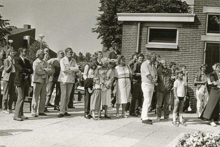 Foto is gemaakt in 1982. Een groep belangstellenden bij de onthulling van de muurschildering op de achterzijde van het oude gemeentehuis van Stad Hardenberg.. Groepsfoto. Hardenberg / muurschildering