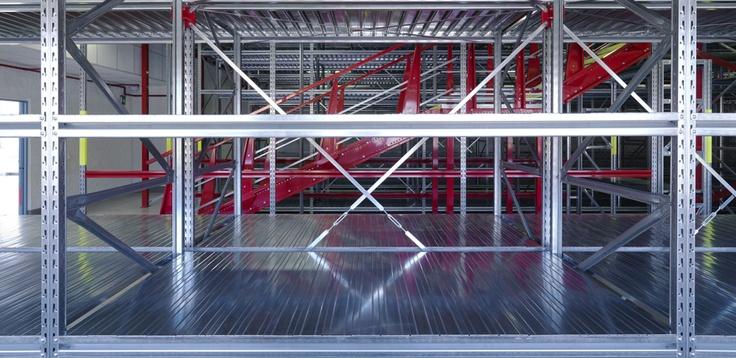 Scaffalature metalliche ad incastro per gestire lo spazio archivio e magazzino con ordine e sicurezza