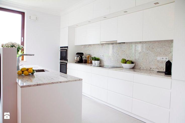 Mieszkanie na Ursynowie (Warszawa) - Średnia otwarta kuchnia dwurzędowa w aneksie z wyspą, styl nowoczesny - zdjęcie od Pracownia Architektoniczna Małgorzaty Górskiej-Niwińskiej