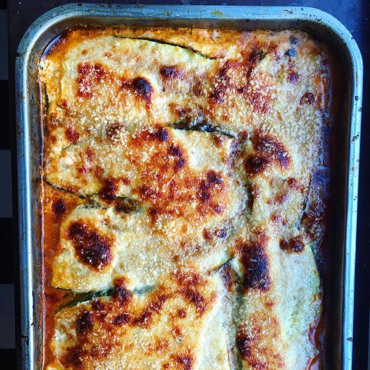 Nu är det äntligen zucchinisäsong vilket i den här familjen framförallt betyder 3 saker: zucchinibiffar med tzatziki, zucchinipasta och inte minst – mängder av den här supergoda zucchinilasagnen me…