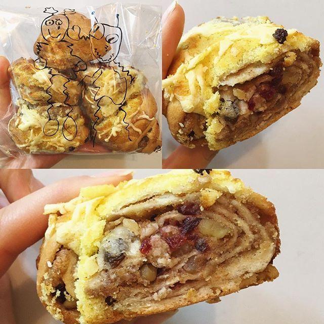 WEBSTA @ naanee_xp - #외계인방앗간 #시나몬롤 🌀스아실 이름 이게 맞는진 모르겠지만 맞겠쥬..!? #시나몬 맛과 향이 약간 진하게 나고 #견과류 가 #롤 사이사이 #그득그득 들어있다👍🏻👍🏻 엄청 맛나다!는 아니였는데 계~속 묵게 된다😳 결론은 맛나🙈💕---#길음뉴타운 #길음빵집 #빵 #bread #디저트 #dessert #쌀빵 #cinamon #빵순이 #일상 #빵스타그램 #먹스타그램 #맛스타그램