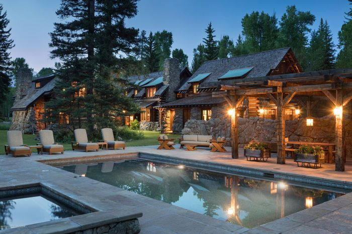 Dream House: Wyoming Wooded Log Cabin (26 Photos)