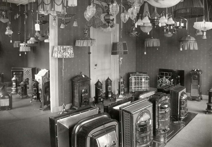Interieur van winkel in sanitair, kachels en lampen in Amsterdam. Nederland, 1915.