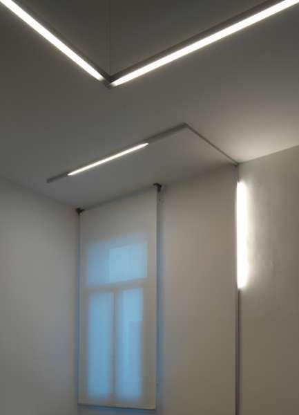 c2 | Viabizzuno | cuerpo iluminante de sistema modular para interiores IP20 de aluminio extruido oxidado de color plata opaco o blanco. fabricado en las versiones plafón, semi–empotrado luz rasante y semi–empotrado a toda luz. para el montaje de plafón 'en línea', el alimentador está situado en un extremo del módulo electrificado. está disponible en cuatro tamaños: 900mm, 1200mm, 1500mm y 1800mm, que alojan bombillas G5 14W, 21W, 28W y 35W, respectivamente. para el montaje en plafón tutta…
